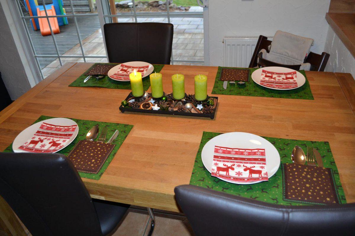 Naja, ich muss mich noch ein wenig gedulden, aber ich kann ja schon mal noch ein wenig an der Tischdeko arbeiten. Hmmm rote Servietten, oder doch lieber goldene??