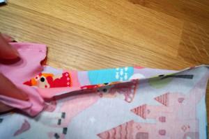 Jetzt werden Ärmel und Seitennähte 5 mm breit zusammengenäht und versäubert.