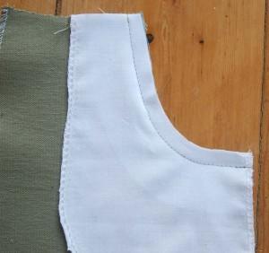 Nun wird am Tascheneingriff mit 1 cm Nahtzugabe genäht.