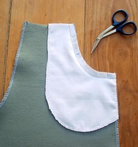 Die Nahtzugabe des Tascheneingriffs wird im Abstand von ca. 1 cm eingezwickt.
