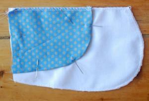 Nun werden Besatz und hinterer Taschenbeutel zusammengenäht.