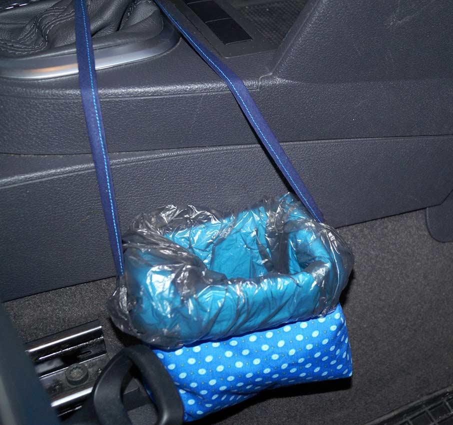 Der fertige Müllbeutel im Auto.