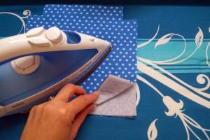 Vlies auf die 2 Außenstoffteile bügeln.