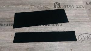 Wir nehmen die zwei zugeschnittenen Streifen und falten sie einmal der Länge nach und bügeln.