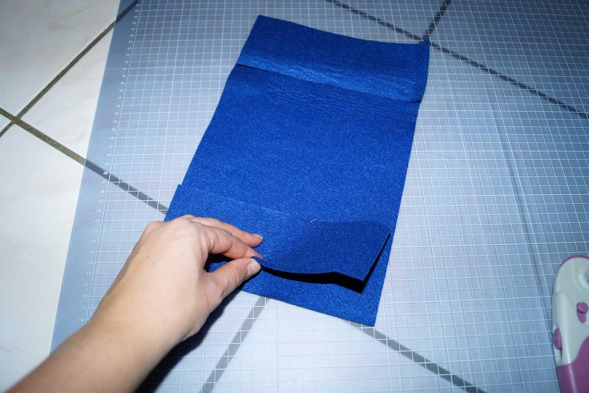 Vorder- und Innenteil aufeinanderlegen und 5mm breit zusammennähen. Anfang und Ende gut verheften!