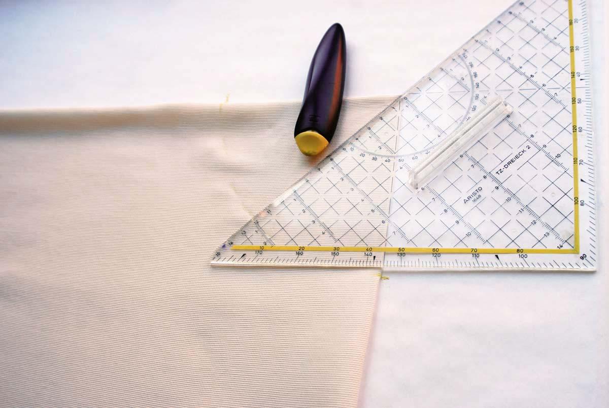 Zeichne in die Ecke mit den geschlossenen Kanten ein Viertel deines Hüftumfangs ein.