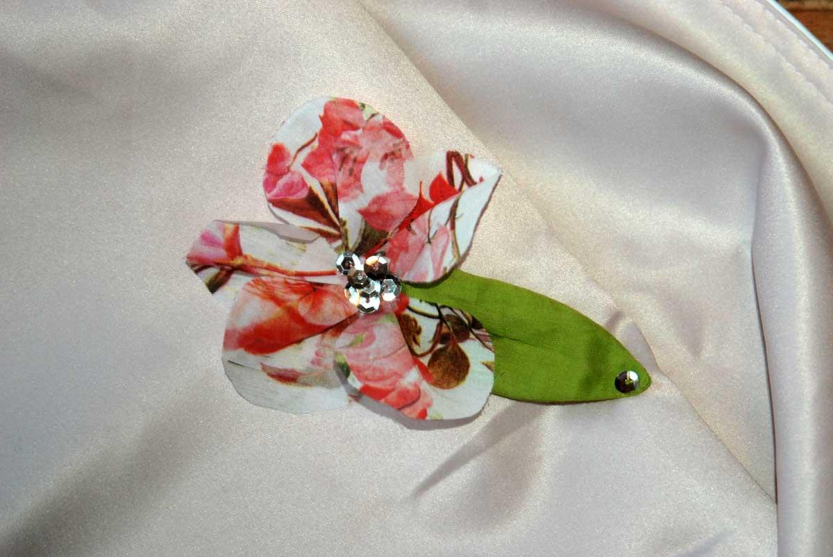 Um den Umhang noch ein wenig verspielter und elfenhafter zu machen, habe ich noch drei Blüten angefertigt.