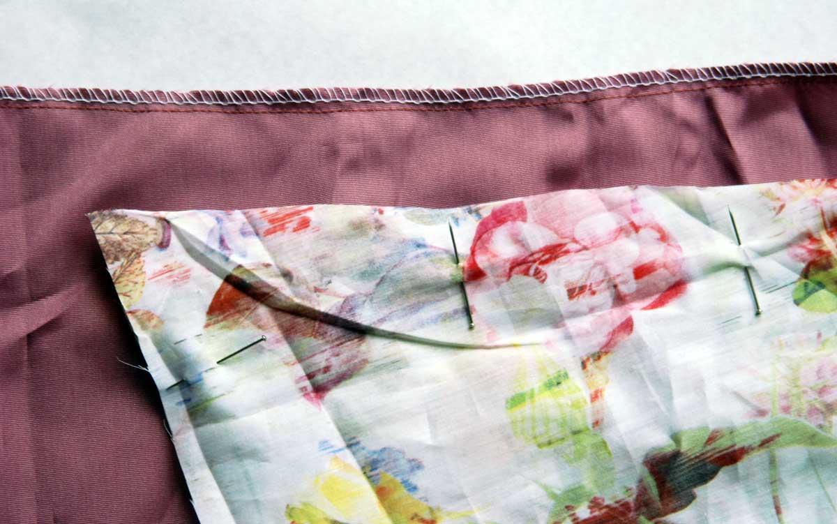Die obere & hintere Kante mit einer Nahtzugabe von 1 cm zusammennähen und die Naht danach umstechen.