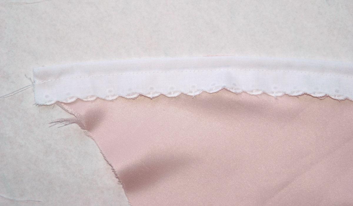 Die Kante des Umhangs habe ich mit einer Borte verschönert. Diese nähen wir zuerst rechts auf recht kantenbündig im Abstand von 1cm auf den Umhang.
