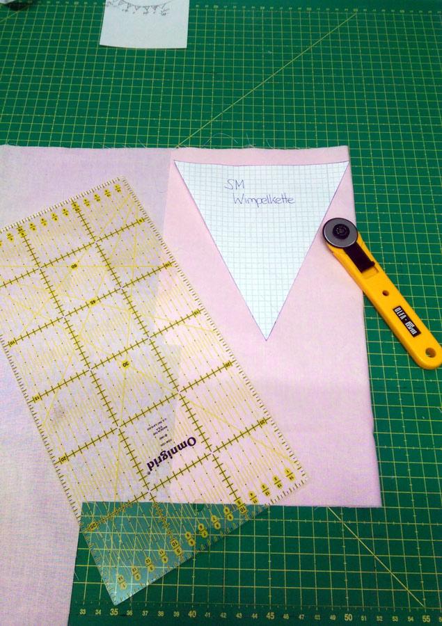 Bild3-Wir übertragen den Schnitt auf den Stoff und schneiden die Wimpel zu