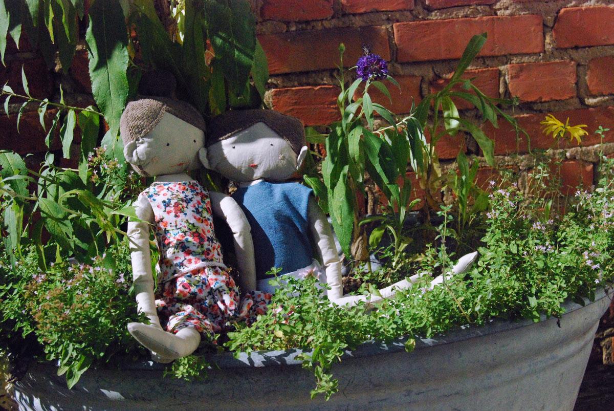 Bild-22 Die Kuscheltiere bzw. Kuschelpuppen Pitt und Lola im Grünen