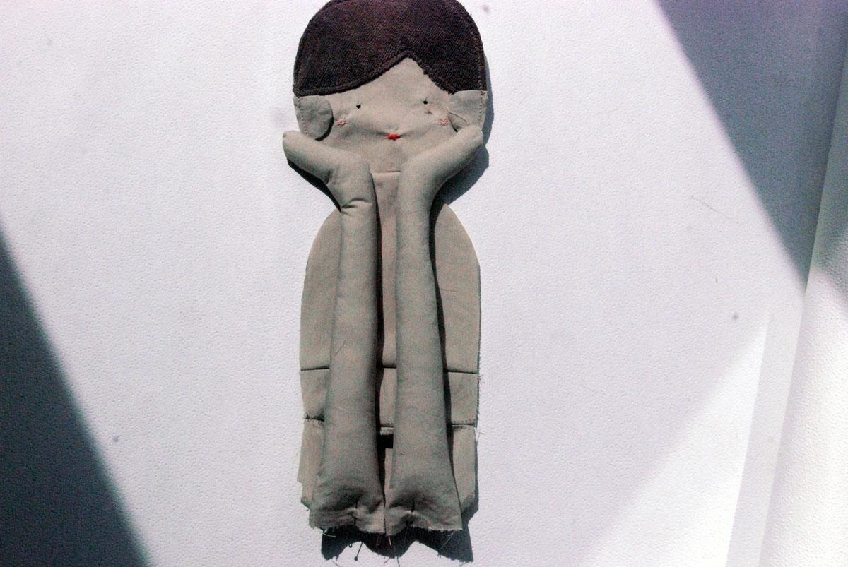 Bild12 - Weiter geht's mit den Beinen: Die legt ihr zum Hals hin auf, steckt sie fest und näht sie knappkantig an den Rumpf an.