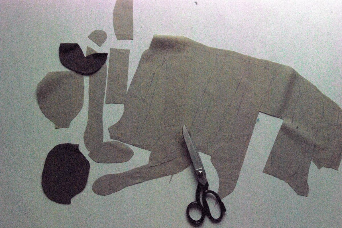 Bild2 - Schnittmuster mittels Schablonen auf den Stoff übertragen und dann die Schnittteile ausschneiden.